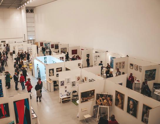 Moderne Künstler und Künstlerinnen unter einem Dach